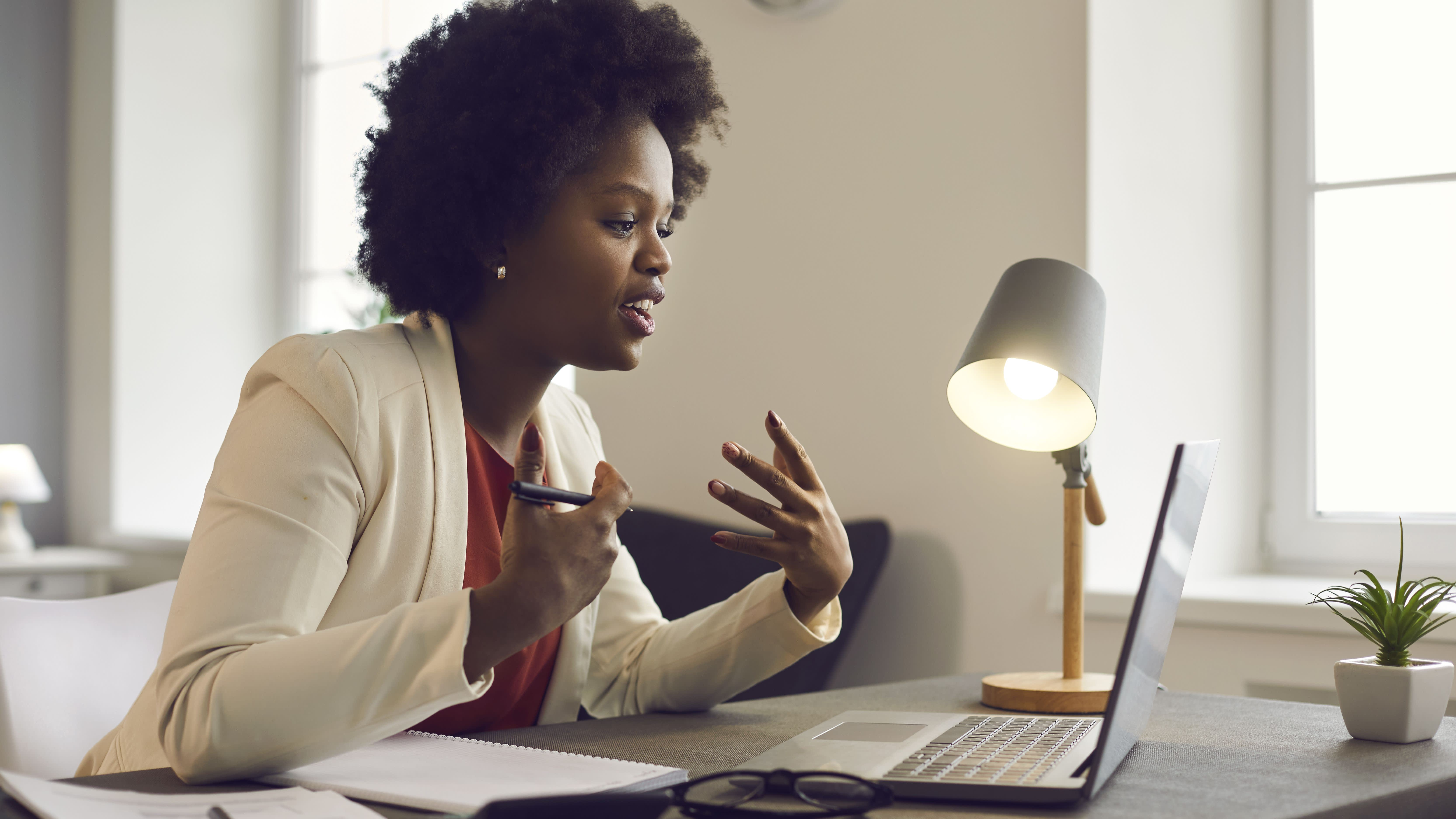 4 Subtle Habits Successful Women Use to Power Up their Presence in Meetings